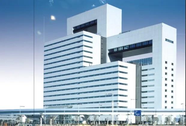 英語村が設置される予定の、「タイム24ビル」(東京江東区青海2-45)1階〜3階に設置。ゆりかもめ「テレコムセンター駅」から徒歩2分。