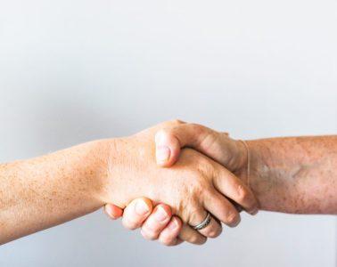 personne tenant la main d'une autre personne
