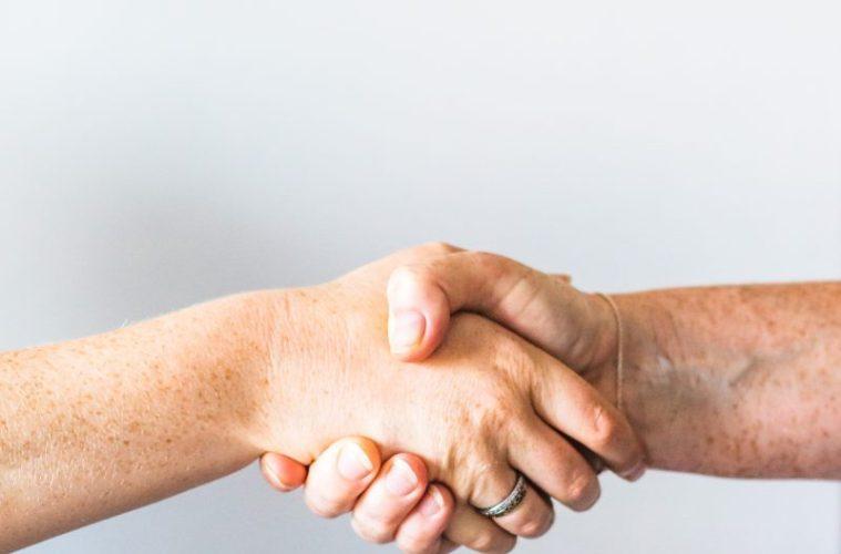 persona de la mano de otra persona
