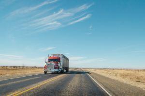 Camion remorque passant sur route pendant la journée