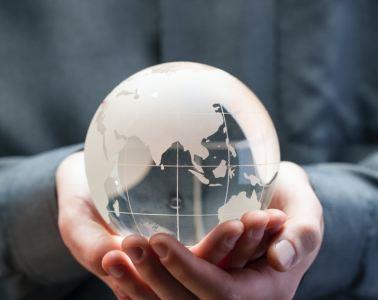 Foto de enfoque superficial de adorno de mesa de globo de cristal transparente