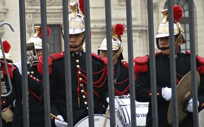 With focus and intensity, the military band of the prestigious Dragoon guard company play national songs each day at 1pm in front of the Government Palace in Lima