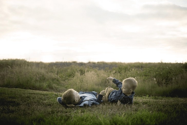 Boys playing in a field in Oregon | Global Munchkins