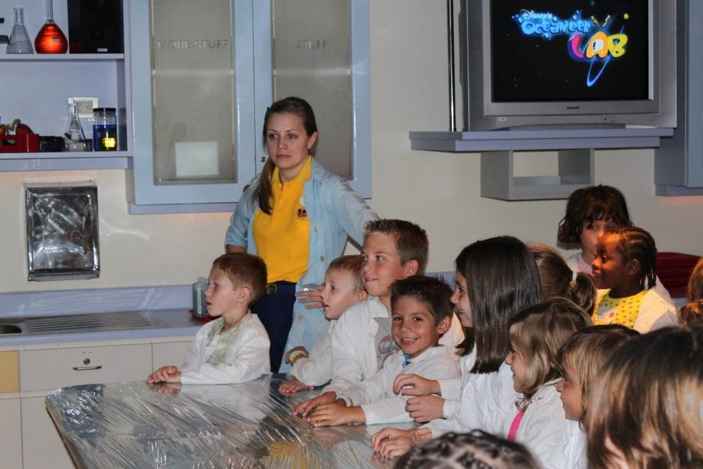 Science experiments onboard Disney Cruise ship at the oceaneer lab. | Global Munchkins
