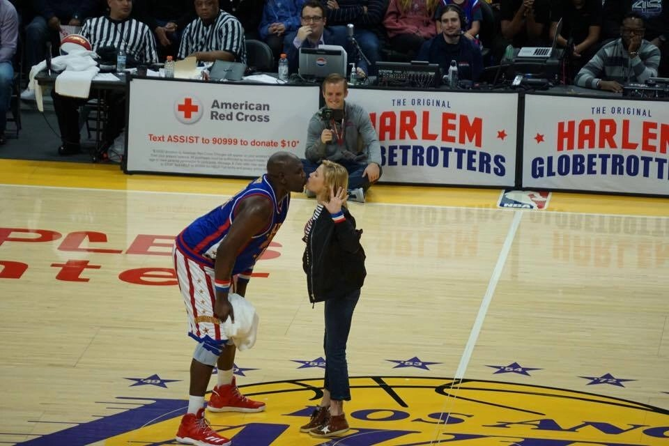 Modern Family's Julie Bowen kissing Harlem Globetrotter at the Staples Center