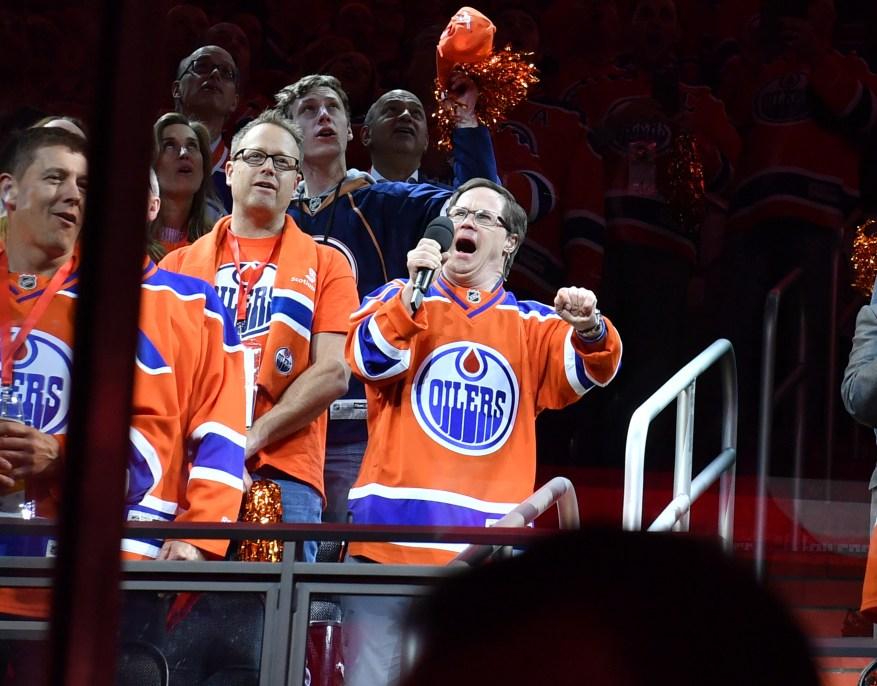 Joey Moss de Edmonton Oilers canta el himno nacional antes del quinto juego de la primera ronda de la Conferencia Oeste durante los playoffs de la Copa Stanley de la NHL 2017 contra los San Jose Sharks el 20 de abril de 2017 en Rogers Place en Edmonton, Alberta, Canadá.