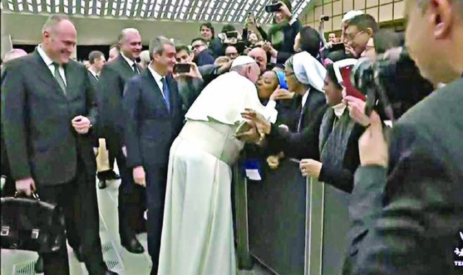 Watch Viral Video Francis Pope Kissing a Woman
