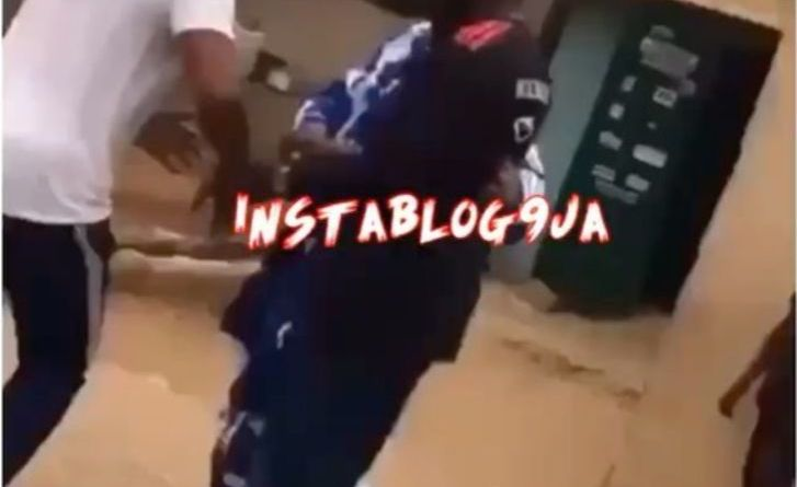 Angry mobs beats SARS officer for allegedly chase a guy labels him fraudster in Agege Lagos (Video)