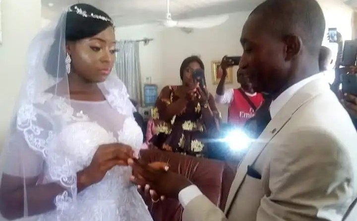 Lockdown: Nigerian couple wed inside their living room during stay at home (photos)
