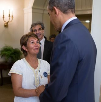 Nohra Padilla shaking hands with President Barack Obama at the White House. Photo credit: Goldman Prize.
