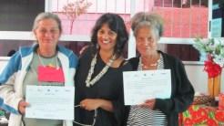 Entrega da certificação dos participantes da oficina/ Participants receive their certifications after the workshop.