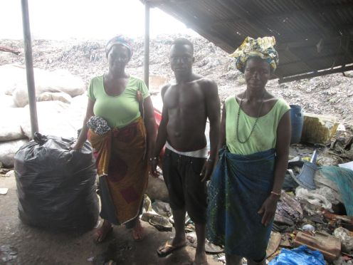 SL-WPs trabajando en el vertedero de Kingtom al oeste de Freetown. Foto: Mohammad Kallon.