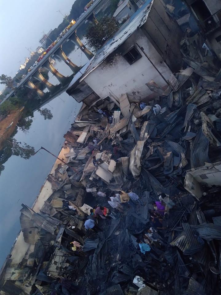 Lares depois do incêndio em Patil Estate, Pune (Índia), nas margens do rio Mula.