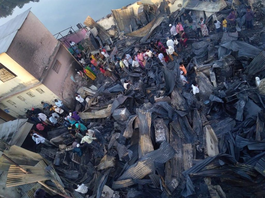 Lares depois do incêndio em Patil Estate, Pune (Índia).