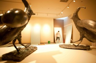 Bronzes: Watching their sculptor facing a white wall to conquer.