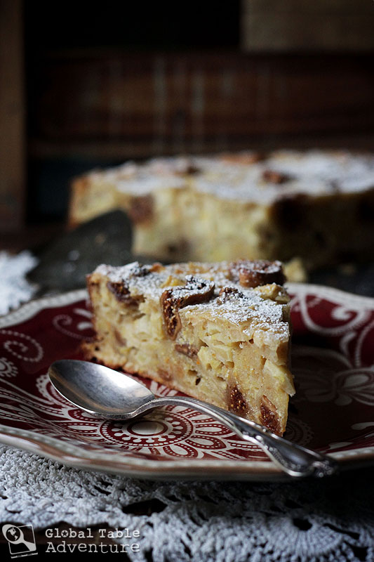 Around the world with apples: 10 recipes to welcome autumn >> San Marino Fig and Honey Apple Polenta cake.
