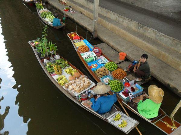 Boats at the Damnoen Saduak Floating Market, Thailand. Photo by Milei.vencel.