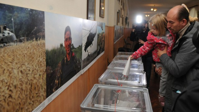 Voting in local elections at a polling station in Kiev, on October 25, 2015. Image by Alexey_Ivanov from Demotix.