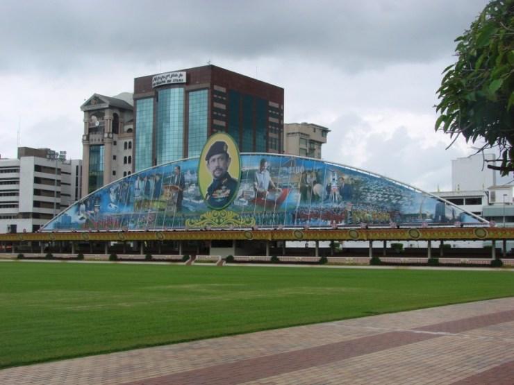 Une peinture murale de propagande montrant les nombreux talents et compétences du sultan de Brunei. L'image et la légende proviennent de la page Flickr de watchsmart (CC License)