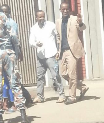 Zelalem et Bahiru quittant le tribunal de Lideta il y a deux semaines. Photo courtoise d'un ami de Zelalem, utilisée avec permission.