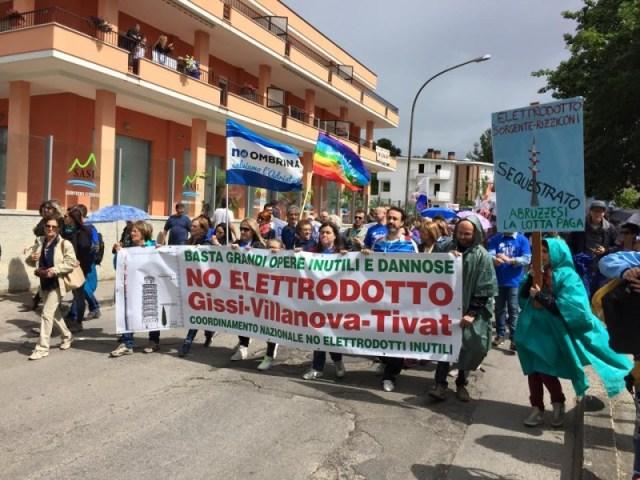 Image from the No Elettrodotto 380 kV Villanova-Gissi Facebook page.