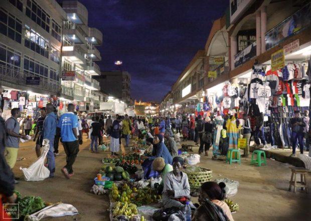"""""""Il ne nous est pas permis d'être complexes, comme toute autre société."""" Le centre-ville de Kampala, le soir. PHOTO de Zahara Abdul, utilisée avec autorisation"""