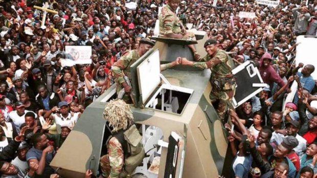Des manifestants demandant la démission de M. Mugabe le 18 novembre 2017. Photo de l'utilisateur de Flickr Zimbabwean-eyes (domaine public).