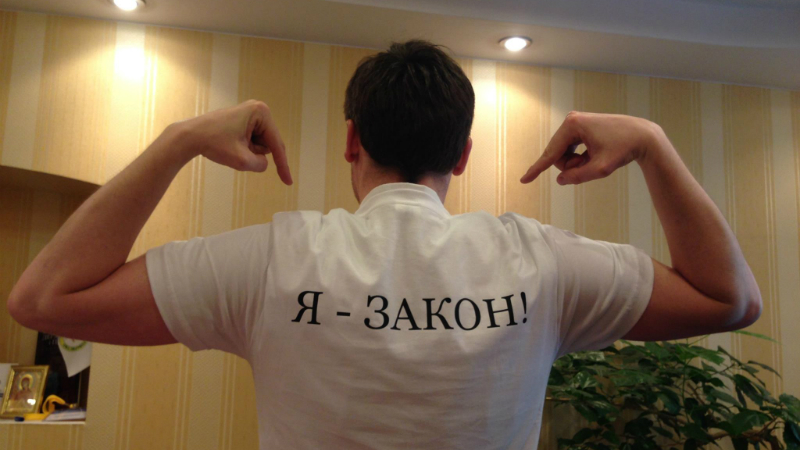 """Open Court"" co-founder wearing a t-shirt that says ""I am the law."" The slogan implies that every citizen, including lawmakers, is subject to the same laws. Image edited by Anna Poludenko-Young."