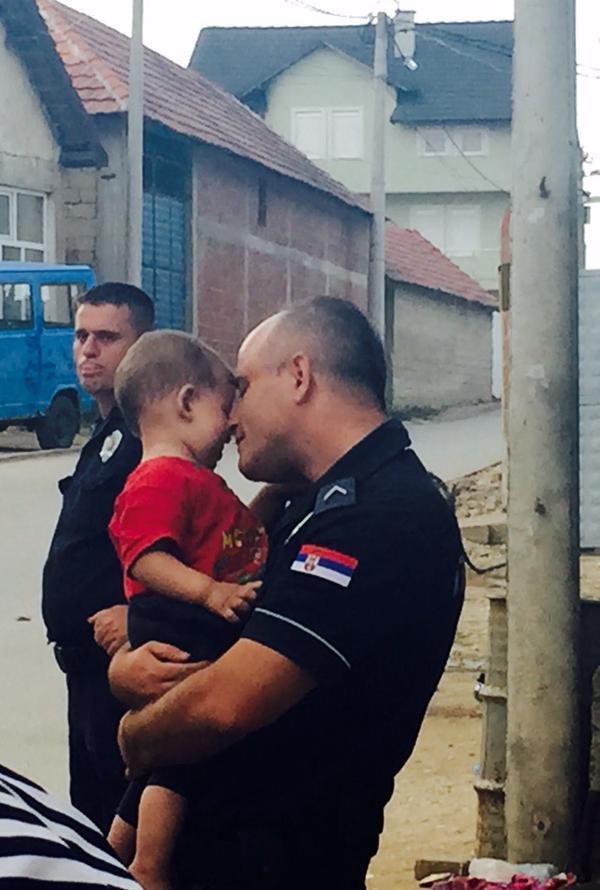 """L'image a été accompagnée par un tweet citant un réfugié syrien à Belgrade: """"Les syriens sont plein d'éloges pour la police serbe. """"Ils sont justes. Ils sont le premier qui ne nous traitent pas comme des animaux. """"Photo par Manveen Rana. Utilisée avec permission."""