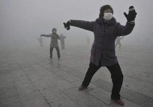 Chinese citizens endure crippling smog in Beijing