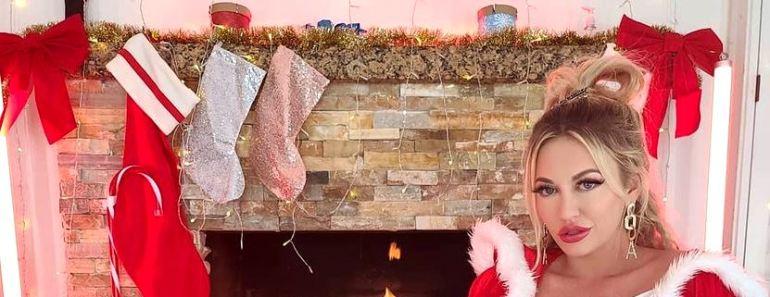 Adira Allure ने अपनी Christmas Photos से इंटरनेट पर मचाया तहलका!