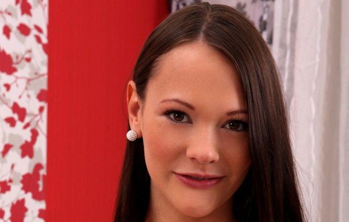 Sandy Ambrosia (Laura Brook)