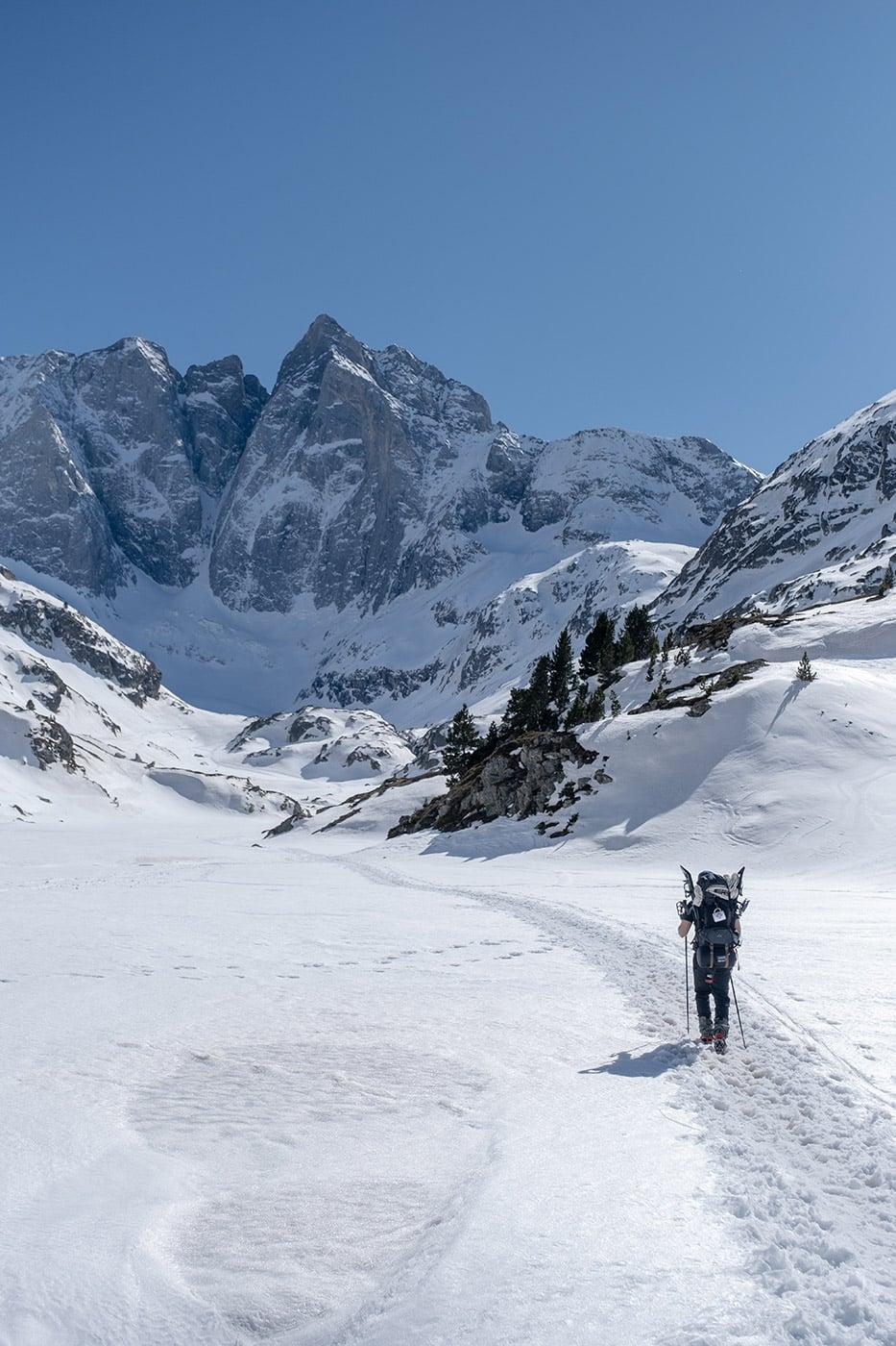 montée vers le refuge des oulettes de gaube dans la neige