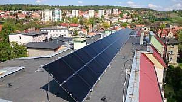 Panele fotowoltaiczne na dachu budynku wałbrzyskiej wspólnoty mieszkaniowej, źródło WFOŚiGW we Wrocławiu