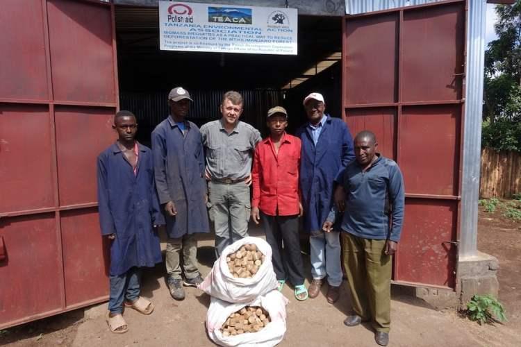 """""""Brykiety z biomasy praktycznym sposobem na ograniczenie wylesienia zboczy Mount Kilimandżaro"""""""