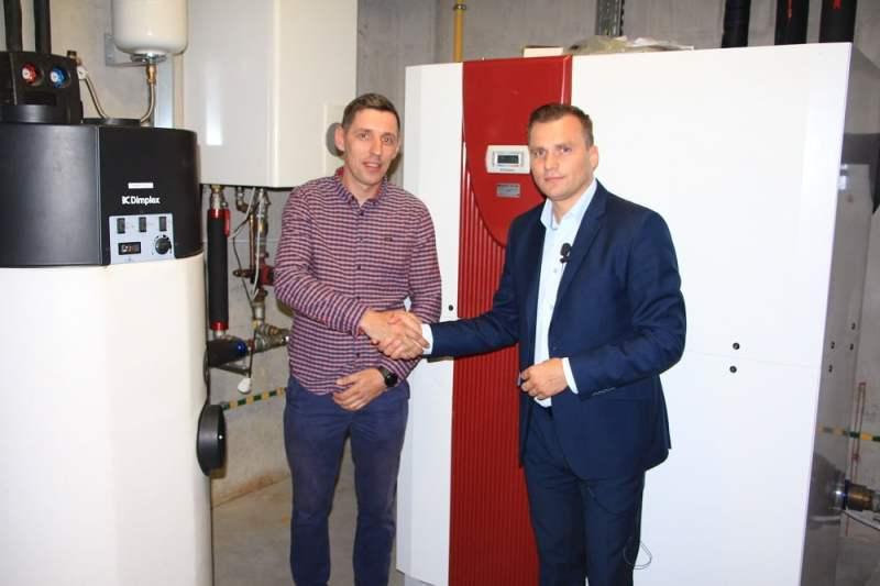 Adam Koniszewski z firmy Dimplex i Michał Niedźwiadek z firmy Warm Serwis, wykonawcy instalacji
