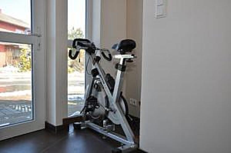 Rowerek treningowy pozwalający na regulację kąta obrotu budynku