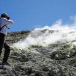 Photographe en action devant les vapeurs soufrées de Vulcano