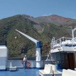 En ferry devant le Stomboli