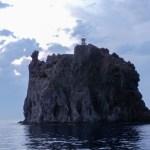 Stromboli, le phare en haut de l'ancienne colonne de lave dans la mer