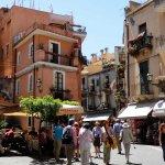 Taormine, place avec terrasses de restaurants