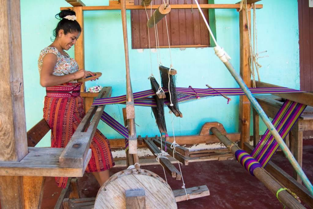 Guatemala - San Juan de la Laguna- métier à tisser en bois