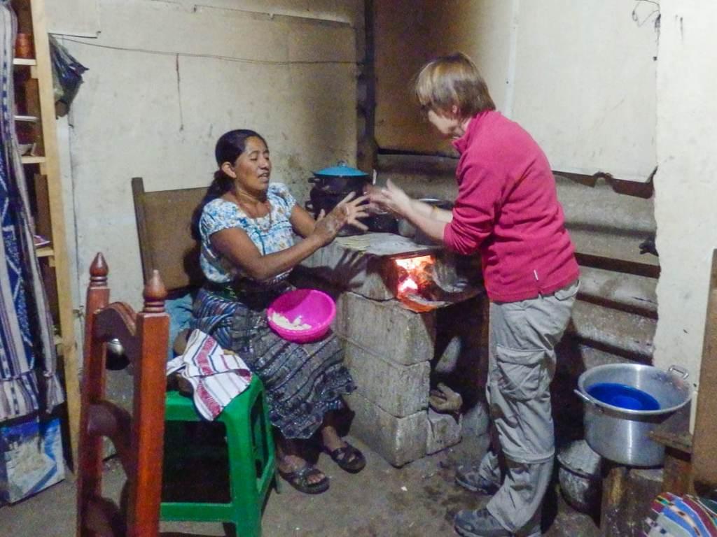 Guatemala - San Juan de la Laguna - confection de galettes
