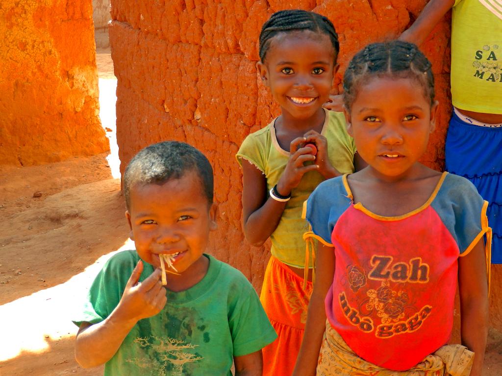 Madagascar - village de Tsaranoro, d'autres enfants approchent