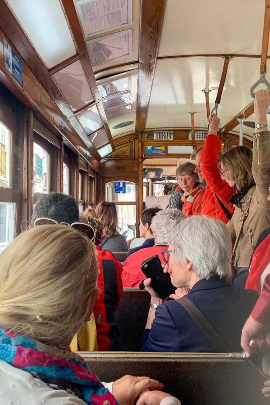 Lisbonne - le tram de bon matin