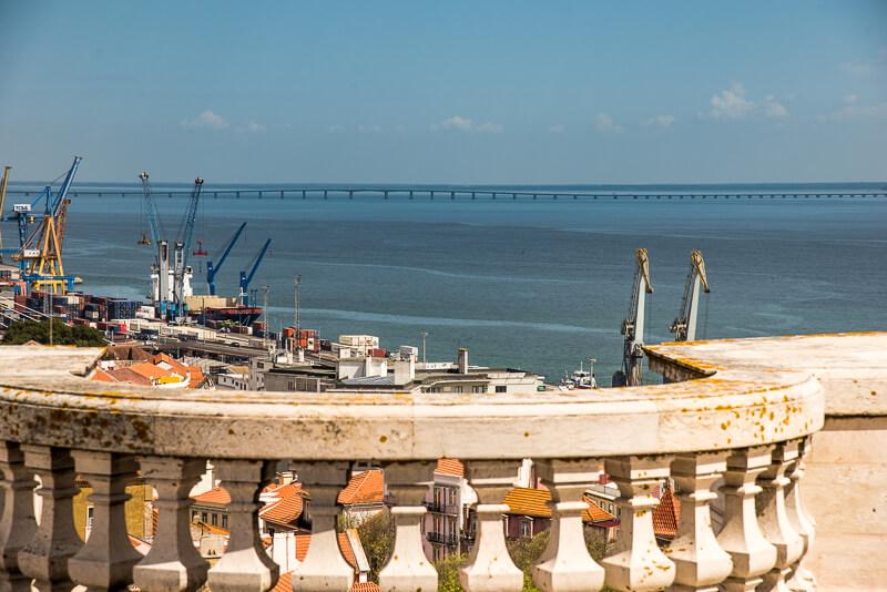 Lisbonne - Les docks vue depuis la terrasse du musée des azulejos