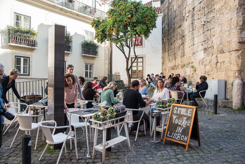 Lisbonne - petite place de l'Alfama