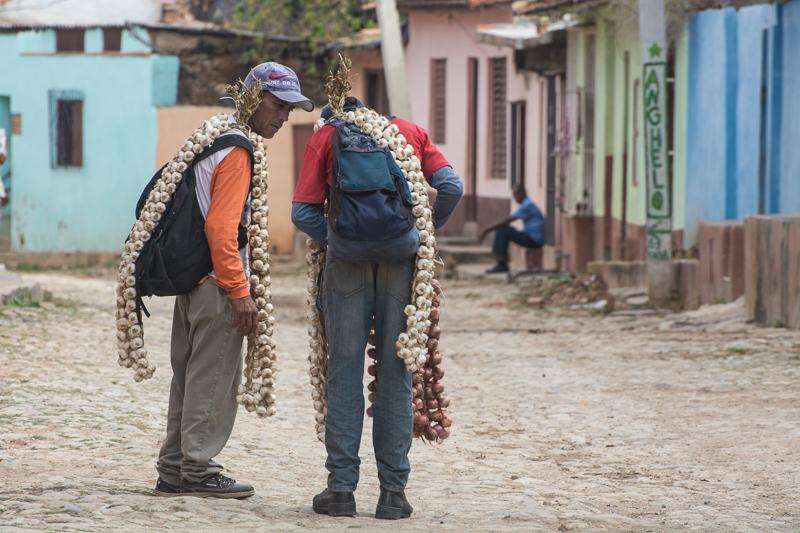 Cuba - Trinidad, vendeurs d'ail ambulants