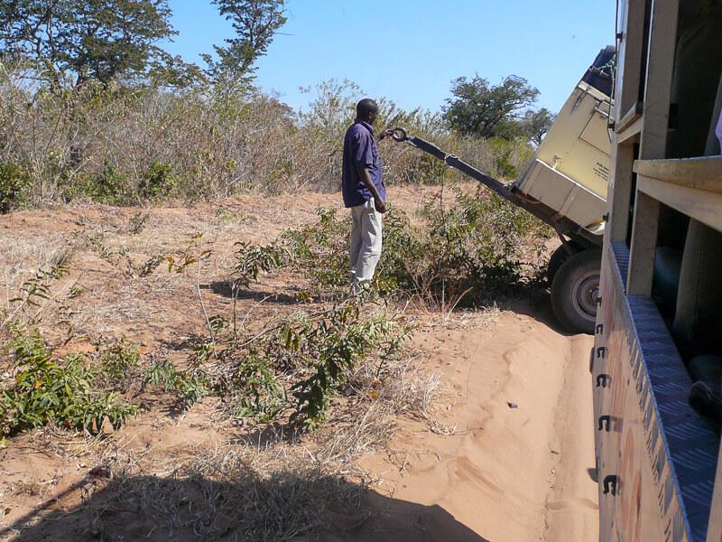 Afrique australe - Botswana. les secousses de la piste ont eu raison de l'attache de la remorque