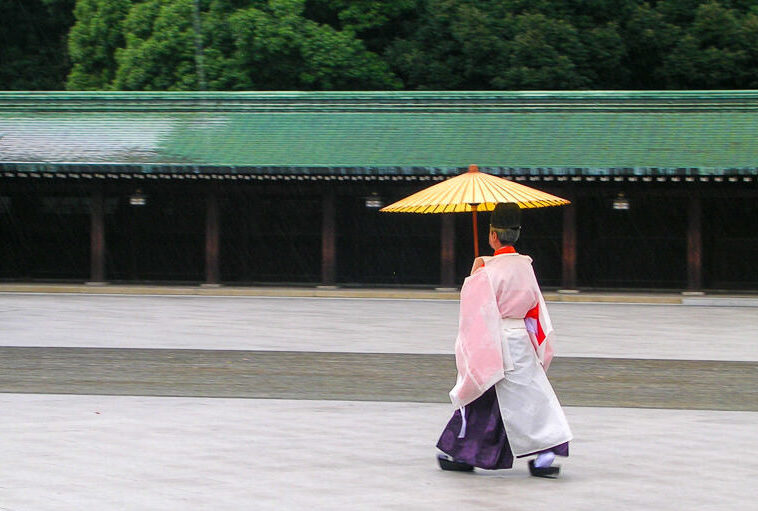 Japon,Tokyo - Quartier Arajuku, prêtre sous la pluie au temple Meiji-junku